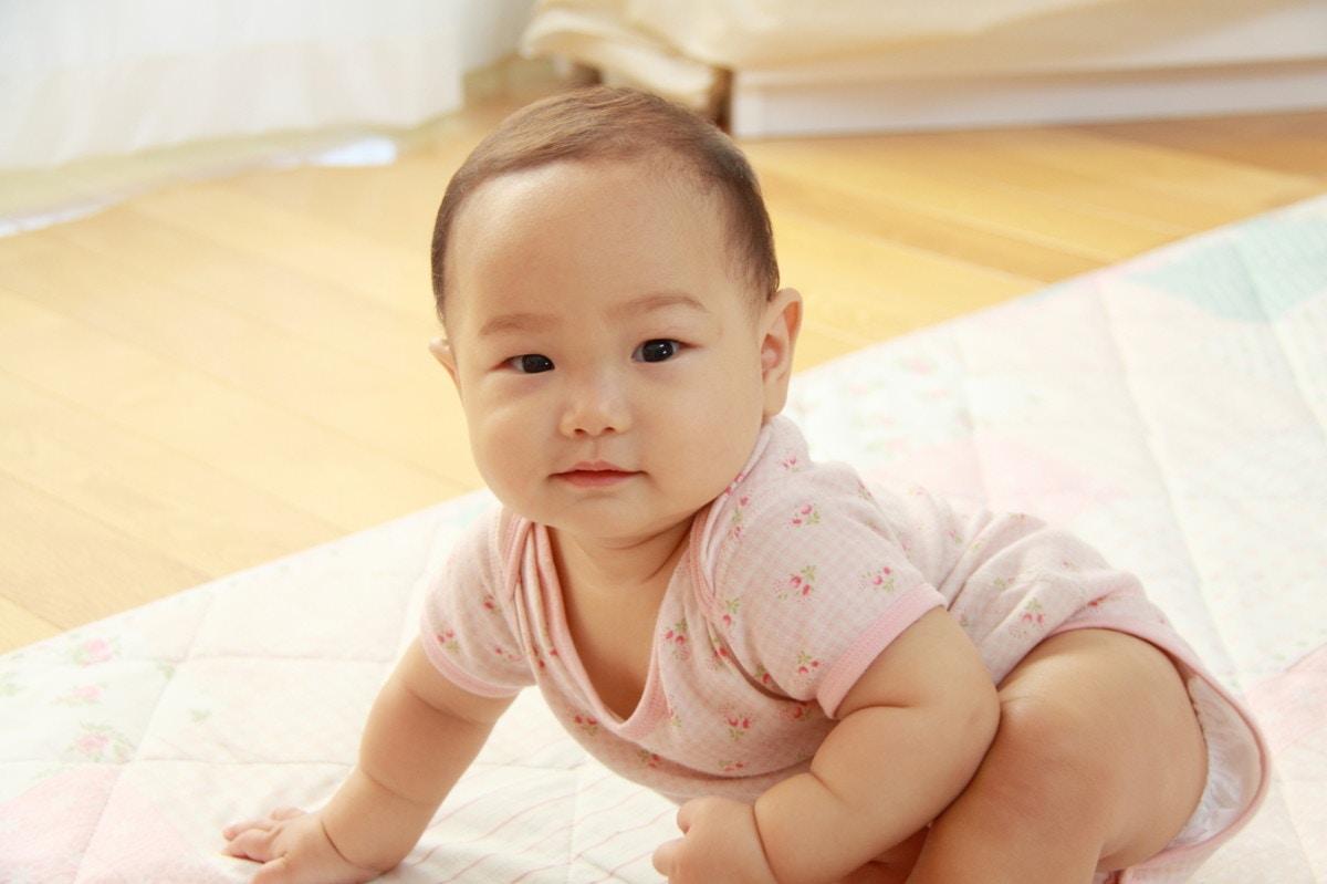 f55810c9ee036 赤ちゃんのロンパースはいつまで?新生児から服や肌着で活用しよう!  ママリ