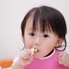 手づかみ食べは食事の第一歩!保育士と管理栄養士に聞いた、見守り方と調理のコツ