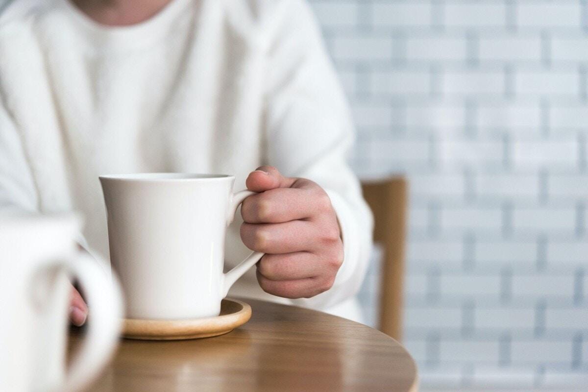 コーヒー 女性 手元