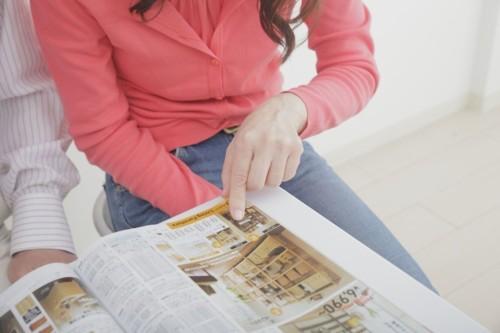 カタログを見る女性