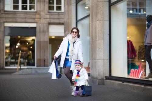 子供と一緒に買い物する母親