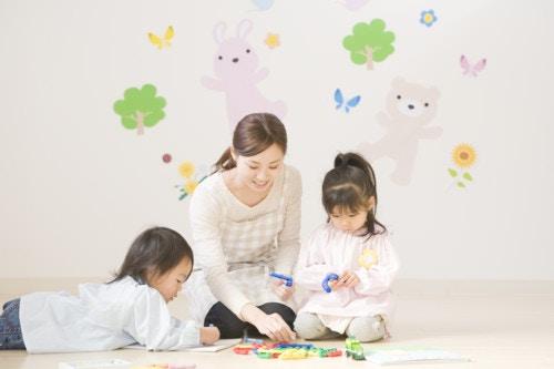 子供と保育士が遊ぶ