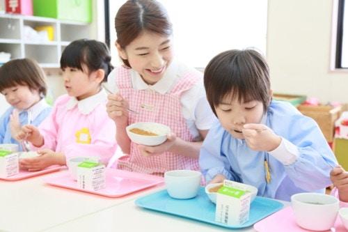 幼稚園、保育園でみんなでご飯
