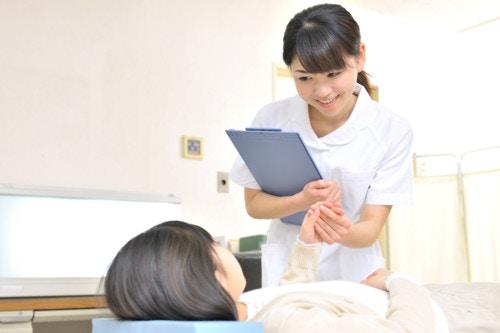 診察を受ける女性