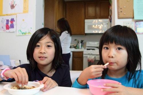 おやつを食べる子供たち