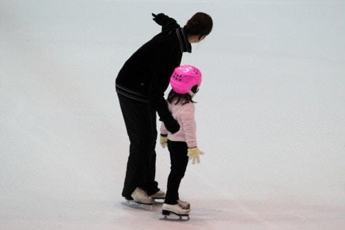 スケートする親子