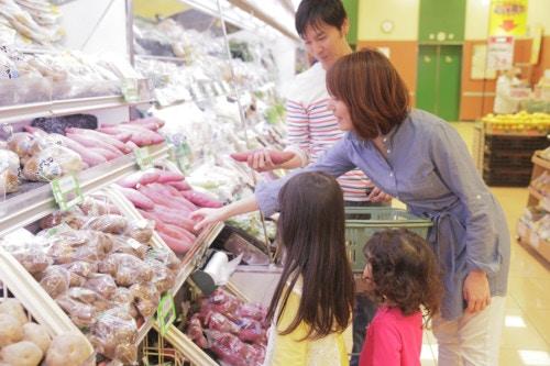 家族で買い物  日本人 スーパー