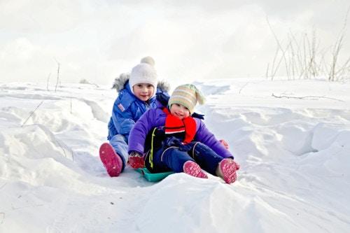 雪遊びをする子供