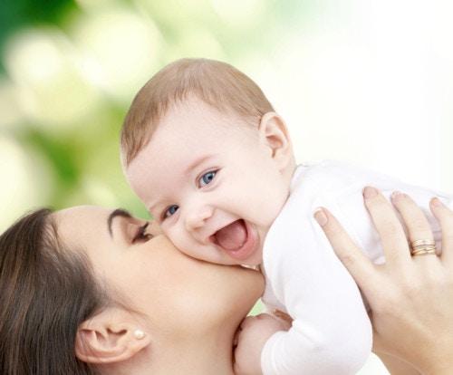 赤ちゃん 笑顔 母親