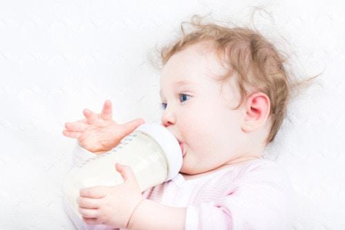 ミルクを飲む新生児