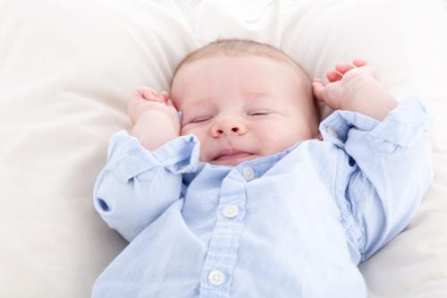 赤ちゃん 笑顔 寝ている