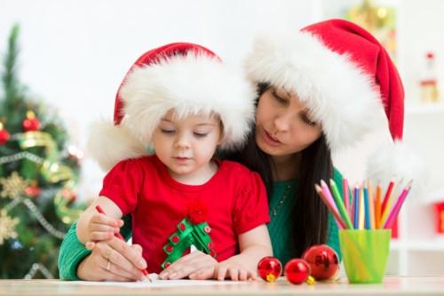 クリスマスカードを作る家族