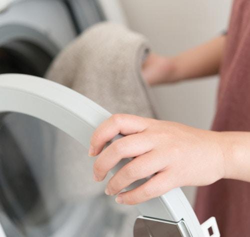 f83c498ab9e66 まず、ニットを裏返してたたみ、2つ折りしたニットがぴったりおさまるサイズの洗濯ネットに入れます。洗濯 ネットに入れることで、摩擦や色移りを防ぐことができます。