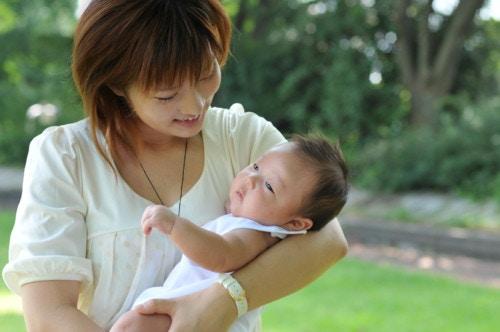 新生児 母親 笑顔