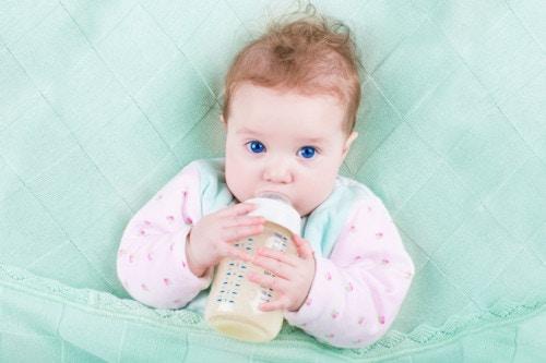 離乳開始1ヶ月後に母乳とミルクの量を調節、食事の回数を2回に増やす