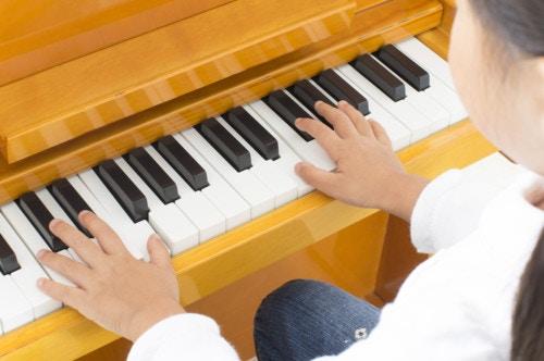 ピアノを弾く小学生