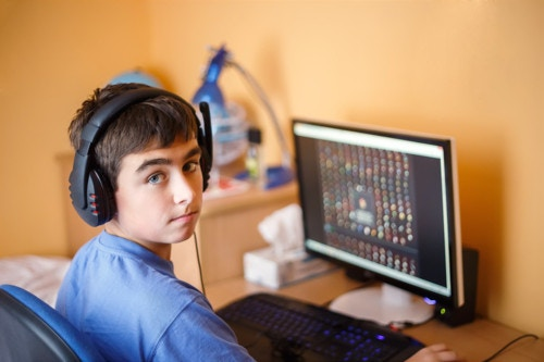 プログラミングをする小学生