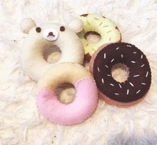 筆者が実際に作ったおもちゃのドーナツです。お耳をつけたらくまさんドーナツに変身