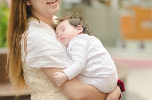 赤ちゃん 抱きしめる 日本人