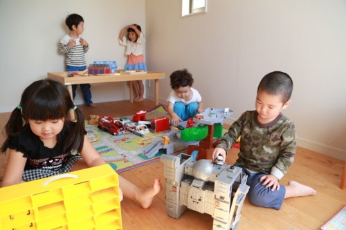 子供たち 室内 遊ぶ