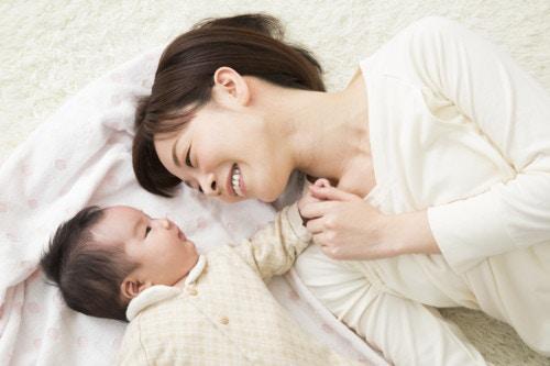 赤ちゃん 笑顔 ママ