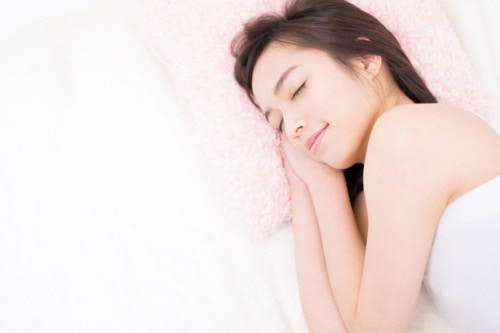 眠る 女性
