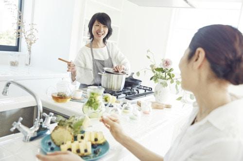 女性 キッチン