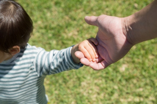 子供 手 繋ぐ