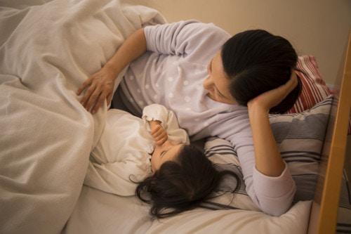 ママ 子供 寝る ベッド