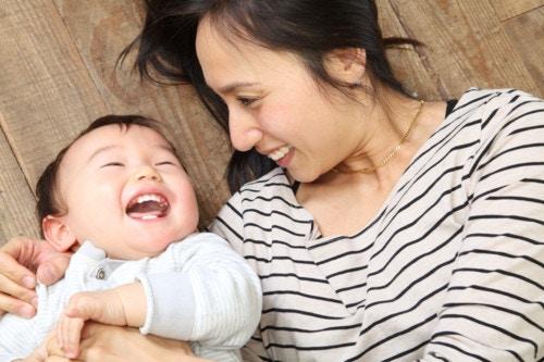 赤ちゃん 親 笑顔