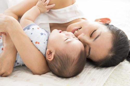 ママ 赤ちゃん 抱きしめる