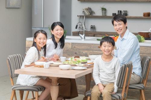 カメラ目線 家族 ご飯 3人 笑顔