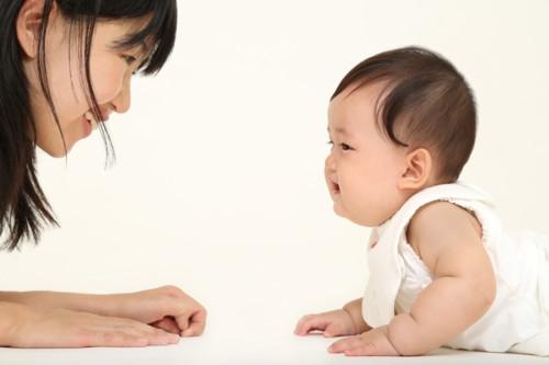 子供 室内 笑顔 日本人
