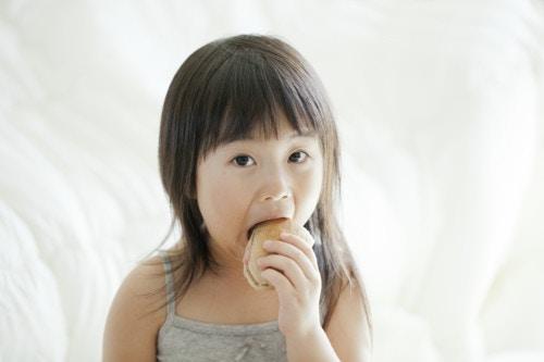 子供 笑顔 ハンバーガー