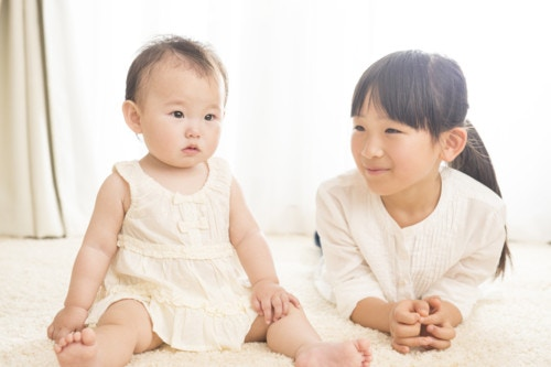 赤ちゃん お姉ちゃん 笑顔