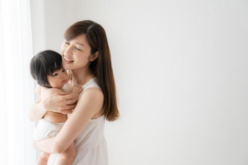 おむつ ママ 抱きしめる