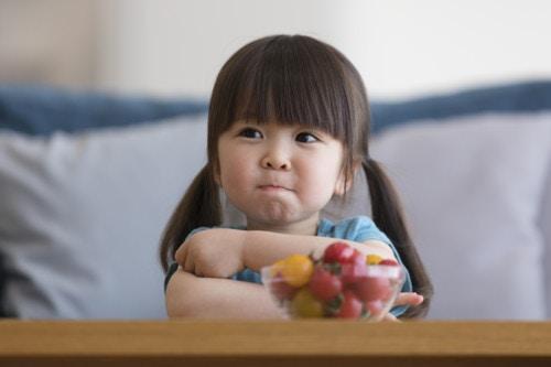 トマトを食べる女の子