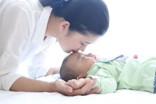 赤ちゃん ママ キス
