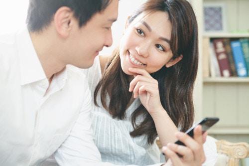 夫婦 スマホ リビング 日本人 カップル