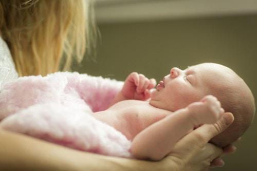 赤ちゃん 女の子 抱っこ