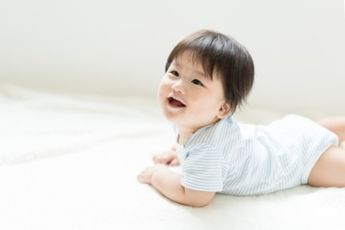 赤ちゃん はいはい 笑顔