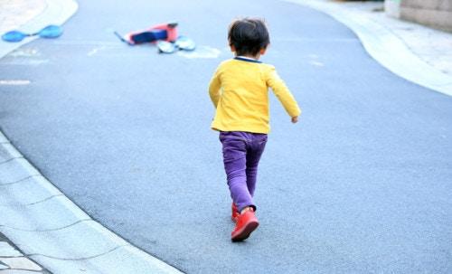 1歳 走る 背中