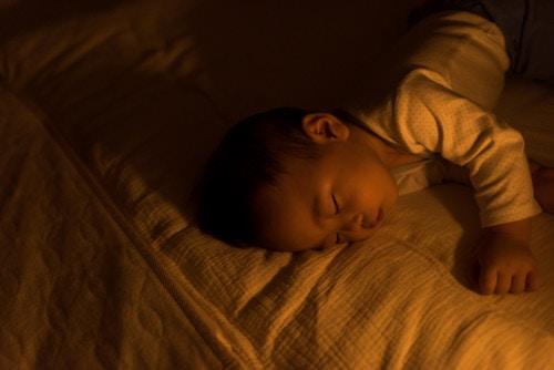 寝室 暗い 赤ちゃん