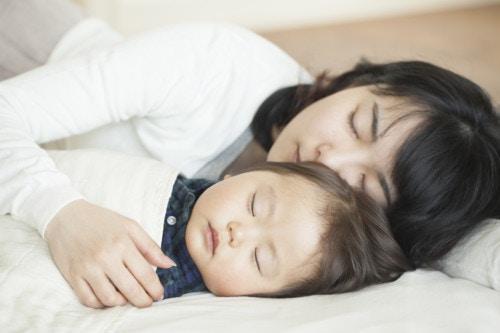 ママ 寝る 布団 1歳