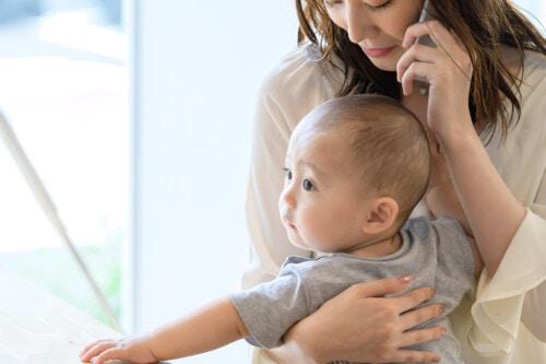 赤ちゃん 抱っこ ママ 電話
