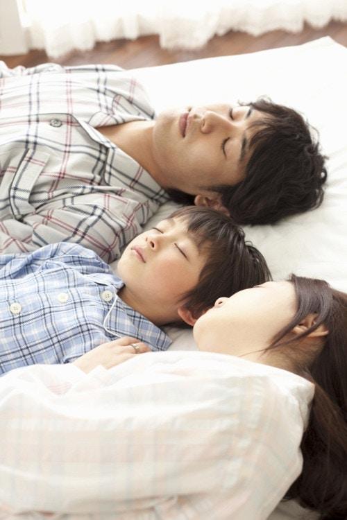 ベッド 家族 寝る