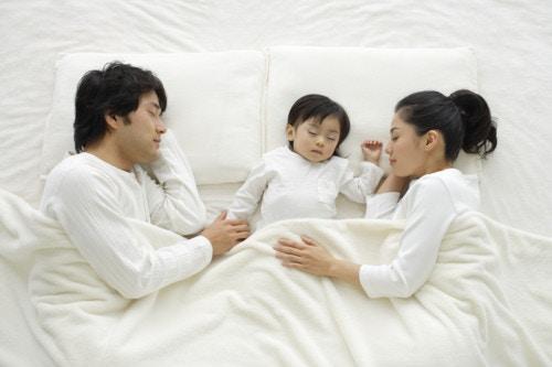 寝る 家族 パパ