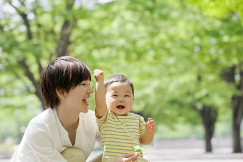 手を挙げる 赤ちゃん